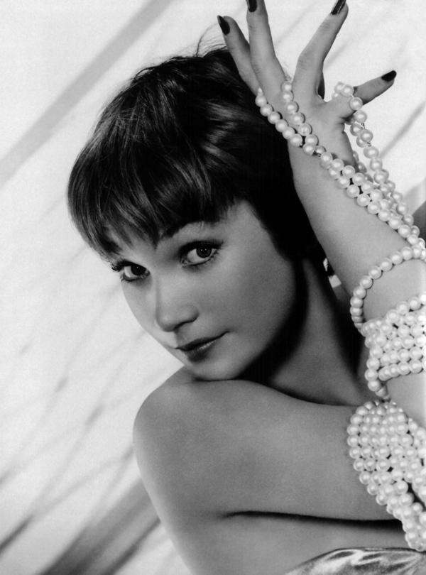 Shirley-Maclaine-classic-movies-9328647-1629-2200